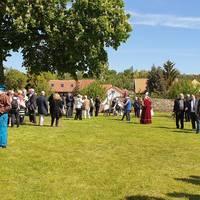 Gäste der Romanikpreisverleihung_Hof der Klosterscheune, Wendhusen ©LTV